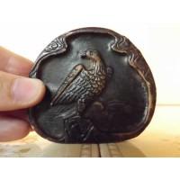 Escultura oriental com desenho de águia